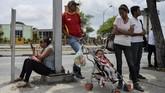 Warga menunggu transportasi di Barquisimeto, Venezuela. Sebagian warga memilih berjalan kaki dan tak menggunakan transportasi karena bingung bagaimana harus membayar. (AFP PHOTO / Luis ROBAYO)