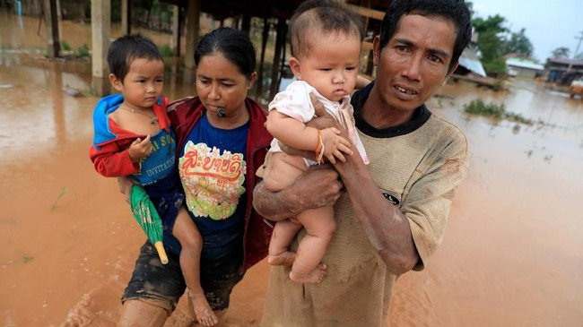 Prioritas tim penyelamat adalah mencari orang-orang yang masih terjebak di tengah lautan lumpur. (REUTERS/Soe Zeya Tun)