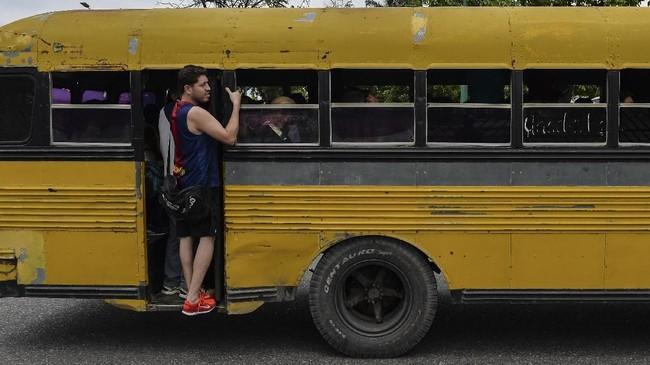 Sejak Maduro mengumumkan rencana memangkas nol di mata uang bolivar, sebagian warga bingung bagaimana harus membayar transportasi umum dan bensin. (AFP PHOTO / Luis ROBAYO)