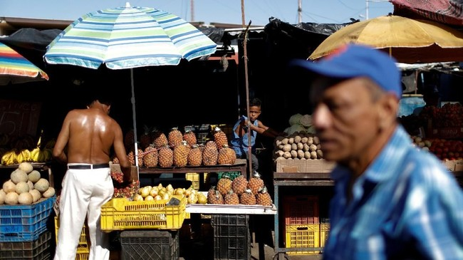 Keruntuhan ekonomi Venezuela telah ikut menyeret pertumbuhan ekonomi di Amerika Latin dan Karibia. Tahun ini, ekonomi Venezuela diperkirakan akan mengalami kontraksi 18 persen. (REUTERS/Marco Bello)