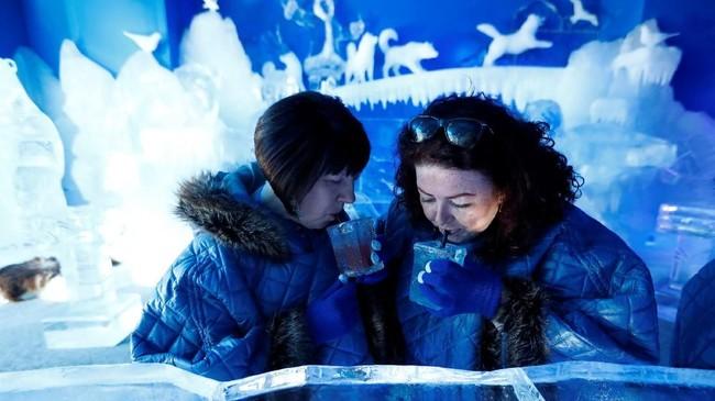 Di dalam bar es ini, warga Berlin bisa menemukan rasa dingin di tengah suhu panas Berlin.(REUTERS/Fabrizio Bensch)