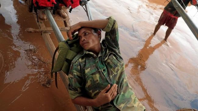 Operasi pembersihan di wilayah tersebut dikabarkan sulit mengingat adanya sisa-sisa bahan peledak yang ditinggakan tentara Amerika saat Perang Vietnam. (REUTERS/Soe Zeya Tun)