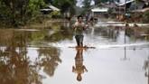 Korea Selatan dan Thailand mengirimkan Tim Bantuan Bencana ke Laos. (AFP PHOTO/NHAC NGUYEN)