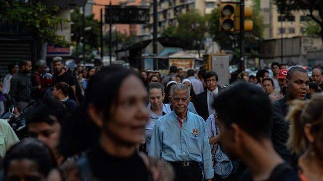Perekonomian Venezuela kian terpuruk. IMF bahkan meramal tingkat kenaikan harga atau inflasi di negara tersebut mencapai satu juta persen di 2018. (AFP PHOTO/FEDERICO PARRA)