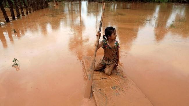 Banjir bandang yang telah usai menyisakan lautan lumpur. (REUTERS/Soe Zeya Tun)