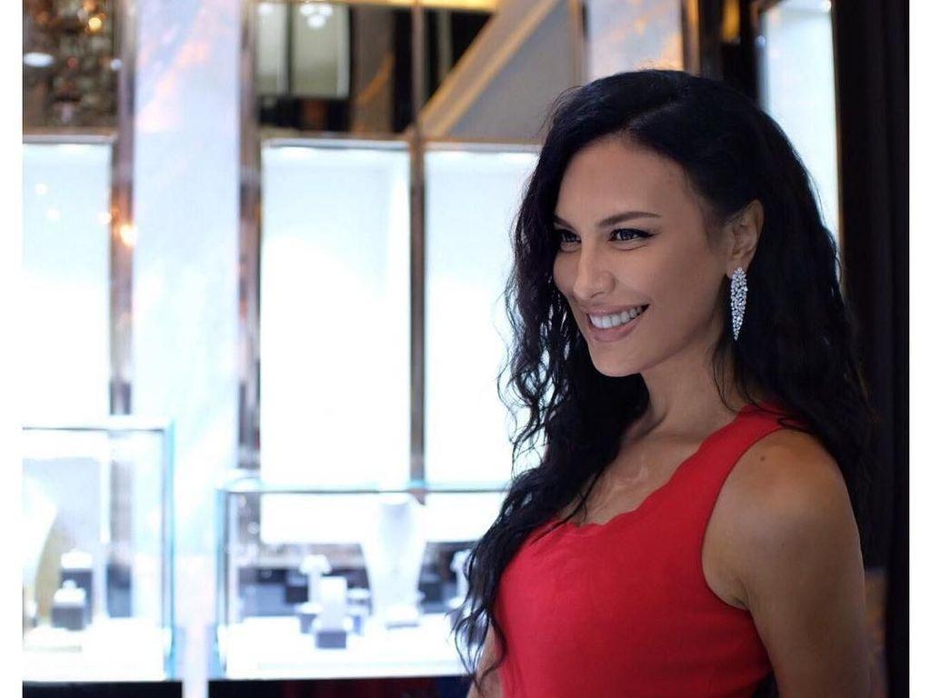Hot in Red! Seksinya Sophia Latjuba Bergaun Merah