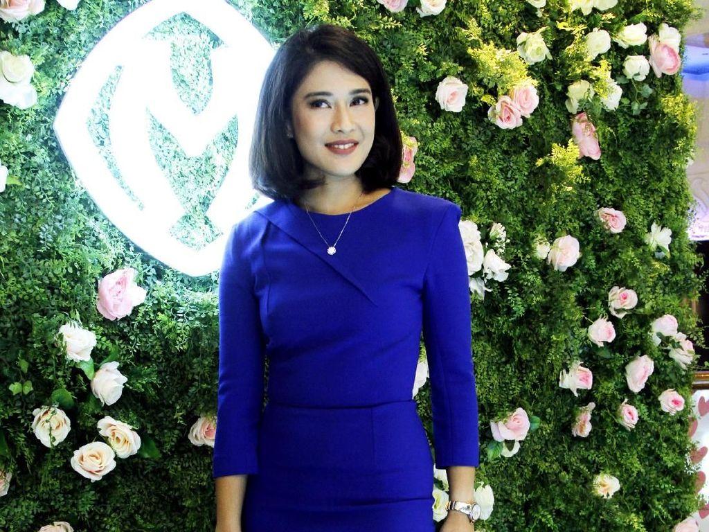 Foto: Dian Sastrowardoyo Tebar Pesona dalam Balutan Gaun Biru