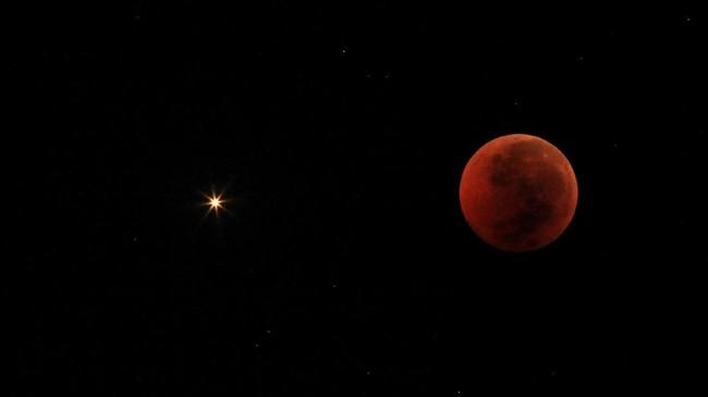 Foto kolase Planet Mars terlihat saat terjadinya fenomena gerhana bulan total di langit Indramayu, Jawa Barat, Sabtu (28/7). Gerhana bulan total tahun ini merupakan fenomena langka karena terjadi selama 1 jam 43 menit atau merupakan gerhana terlama yang terjadi di abad ini. (Antara/Dedhez Anggara)