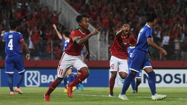 Pemain Timnas IndonesiaMochammad Supriadi (kiri) usai cetak gol ke gawang Filipina di Gelora Delta Sidoarjo, Sidoarjo. Garuda Asia menang 8-0 di laga itu. (ANTARA FOTO/Zabur Karuru/ama/18)