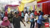 Kerak telor, asinan, dodol, lontong Cap Go Meh,estung-tung, dan panganan khas Betawi lainnya menjadi suguhan yang dapat dinikmati tamu undangan serta masyarakat hanya dengan menukarkan kupon dari penyelenggara. (CNN Indonesia/Agniya Khoiri)