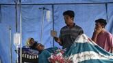 Warga mendapat perawatan di tenda pengungsian pascagempa di Desa Sembalun Bumbung, Kecamatan Sembalun, Selong, Lombok Timur, NTB, Minggu (29/7). (ANTARA FOTO/Ahmad Subaidi)