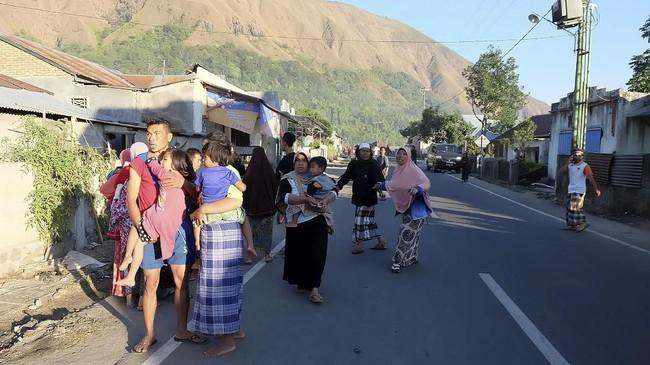 Gempa berkekuatan 6,4 skala richter mengguncang wilayah perairan Nusa Tenggara Barat dan menelan korban jiwa. (Courtesy of Lalu Onank/Social Media via REUTERS)