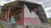 Warga berada di rumahnya yang rubuh akibat gempa di Desa Sembalun Bumbung, Kecamatan Sembalun, Selong, Lombok Timur, NTB, Minggu (29/7). Gempa bumi 6,4 Skala Richter (SR) mengguncang wilayah Lombok, Nusa Tenggara Barat, pada Minggu (29/7) pukul 06.47 Wita. (ANTARA FOTO/Ahmad Subaidi)