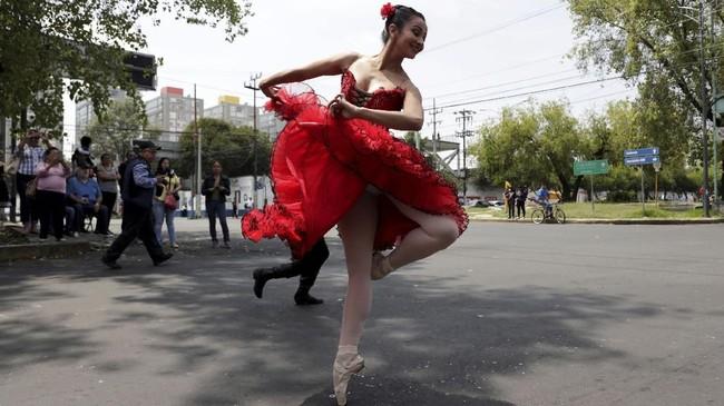 Tarian yang disajikan beragam, mulai balet klasik seperti Swan Lake dan The Nutcracker sampai goyangan dari lagu Rock with Me milik Michael Jackson. (REUTERS/Henry Romero)