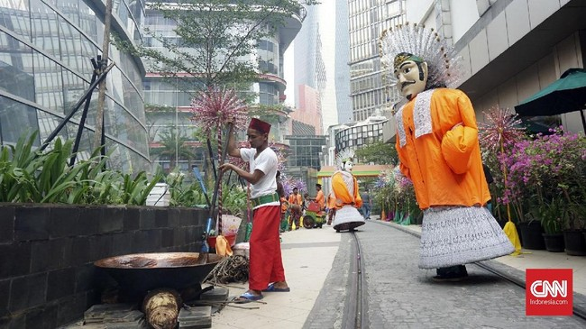 Semarak gala premier 'Si Doel the Movie' di Jakarta turut diramaikan dengan festival Betawi yang menyuguhkan sajian kuliner hingga budaya. (CNN Indonesia/Agniya Khoiri)