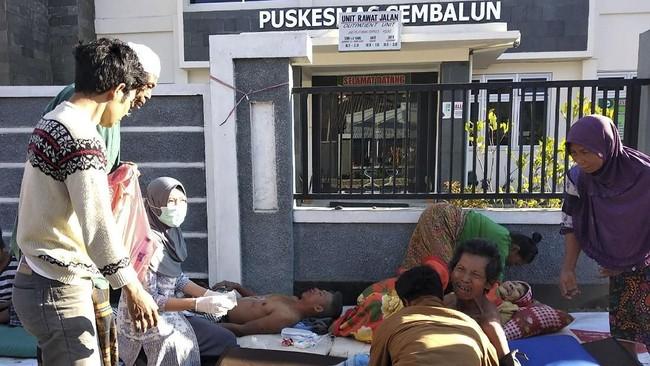 Warga korhaan gempa mendapatkan perawatan di luar Puskesmas Sembalun Selong, Lombok Timur, NTB, Minggu (29/7). (ANTARA FOTO/Zakir)