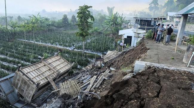 Ratusan rumah diperkirakan rusak akibat gempa yang mengguncang Pulau Lombok dan Sumbawa, NTB. (Lalu Onank/Social Media via REUTERS)