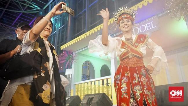 Sementara, hiburan seperti pawai ondel-ondel, musik keroncong, tari jaipong hingga replika rumah Doel menyemarakkan Festival Betawi tersebut. (CNN Indonesia/Agniya Khoiri)