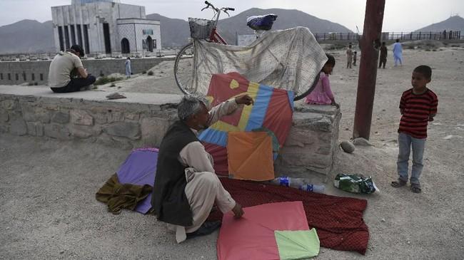 Para perajin layang-layang pun bergelut dengan bisnis itu sampai usia senja. (AFP PHOTO / Wakil KOHSAR)