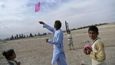 Langit Afghanistan baru kembali dipenuhi layang-layang setelah invasi yang dipimpin Amerika Serikat masuk. Kali ini harganya tidak semurah sebelumnya. (AFP PHOTO / WAKIL KOHSAR)