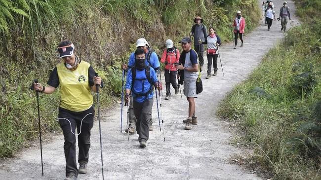 Pendaki Gunung Rinjani yang sempat terjebak longsor akibat gempa bumi tiba di Pos Bawaknao, Sembalun, Lombok Timur, NTB, Senin (30/7). ANTARA FOTO/Akbar Nugroho Gumay/foc/18.