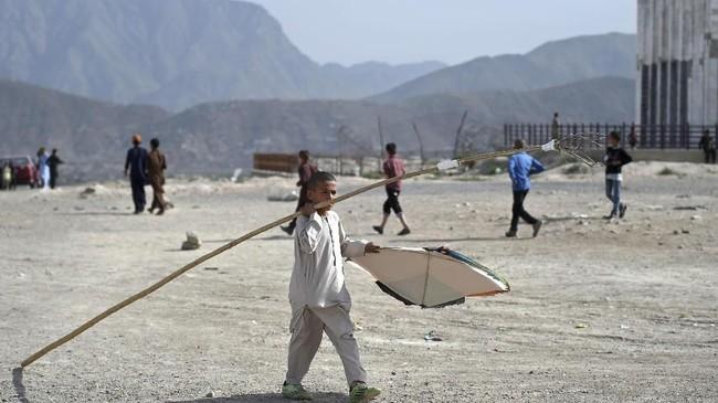 Padahal membuat dan memainkan layang-layang sempat dilarang pada era 1996 sampai 2001. (AFP PHOTO / WAKIL KOHSAR)