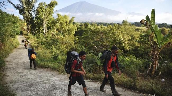 Sebanyak 560 pendaki sempat terjebak di Gunung Rinjani akibat gempa bumi tersebut. ANTARA FOTO/Akbar Nugroho Gumay/foc/18.