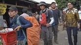Dubes Thailand untuk Indonesia Songphol Sukchan (kanan) menjemput warganya yang terjebak di Gunung Rinjani di pintu pendakian Bawak Nao, Kecamatan Sembalun, Lombok Timur, NTB, Senin (30/7). ANTARA FOTO/Ahmad Subaidi