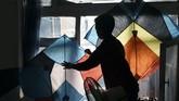 Layang-layang biasanya banyak dimainkan saat musim dingin. Di musim itu, pedagang bisa menjual 100 ribu sampai 300 ribu layang-layang. (AFP PHOTO / WAKIL KOHSAR)