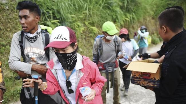 Tim SAR dan petugas gabungan turut membantu proses evakuasi para pendaki untuk turun Gunung Rinjani. ANTARA FOTO/Akbar Nugroho Gumay/foc/18.