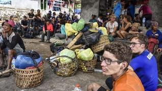 Turis Italia Bertahan dengan Kerupuk di Bukit Senggigi Lombok
