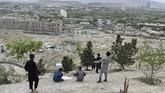 Layang-layang sudah menjadi budaya di Afghanistan. Penulis Khaled Hosseini membuatnya semakin dikenal lewat bukunya, 'The Kite Runner' (2003). (AFP PHOTO / WAKIL KOHSAR)