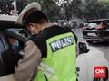 Polisi Sita SIM Pengemudi Seret Polantas di Kap Mobil
