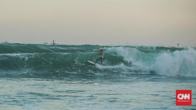 Ombak di Pantai Cimaja menjadi primadona bagi parasurferdunia. OlahragaSurfingdiperkenalkan pertama kali di tempat ini pada akhir tahun 1970-an.