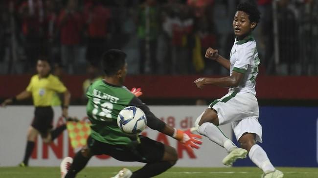 Penyerang Timnas Indonesia Amirudin Bagus Kahfi (kanan) mencetak gol ke gawang Myanmar dan Garuda Asia menang denganskor 2-1. Bagus Kahfi saat ini sudah mencetak 12 gol dalam enam laga. (ANTARA FOTO/Zabur Karuru/wsj/18)