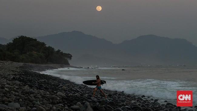 Surfing atau berselancar adalah salah satu wisata minat khusus yang bisa dilakukan di Geopark Ciletuh-Palabuhanratu, selain rafting, wall cimbing, dan paralayang.