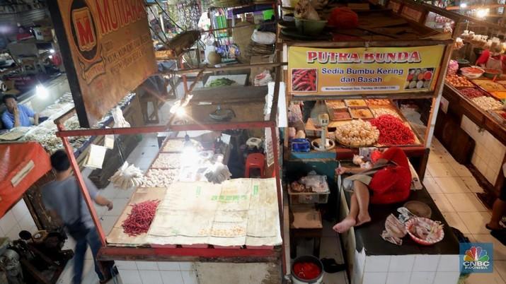 Pedagang menjual bahan makanan di pasar Klender, Jakarta, Rabu (1/8). Badan Pusat Statistik mencatat, inflasi selama Juli 2018 sebesar 0,28 persen. Sementara itu, inflasi tahun kalender Januari-Juli 2018 tercatat sebesar 2,18 persen, dan inflasi tahun ke tahun sebesar 3,18 persen. inflasi Juli 2018, paling besar disumbang oleh kelompok pengeluaran bahan makanan yang mengalami inflasi sebesar 0,86 persen dengan andil sebesar 0,18 persen. Disusul oleh kelompok pengeluaran pendidikan, rekreasi, olaharaga yang terjadi inflasi sebesar 0,83 persen dengan andil 0,07 persen. (CNBC Indonesia/Muhammad Sabki)