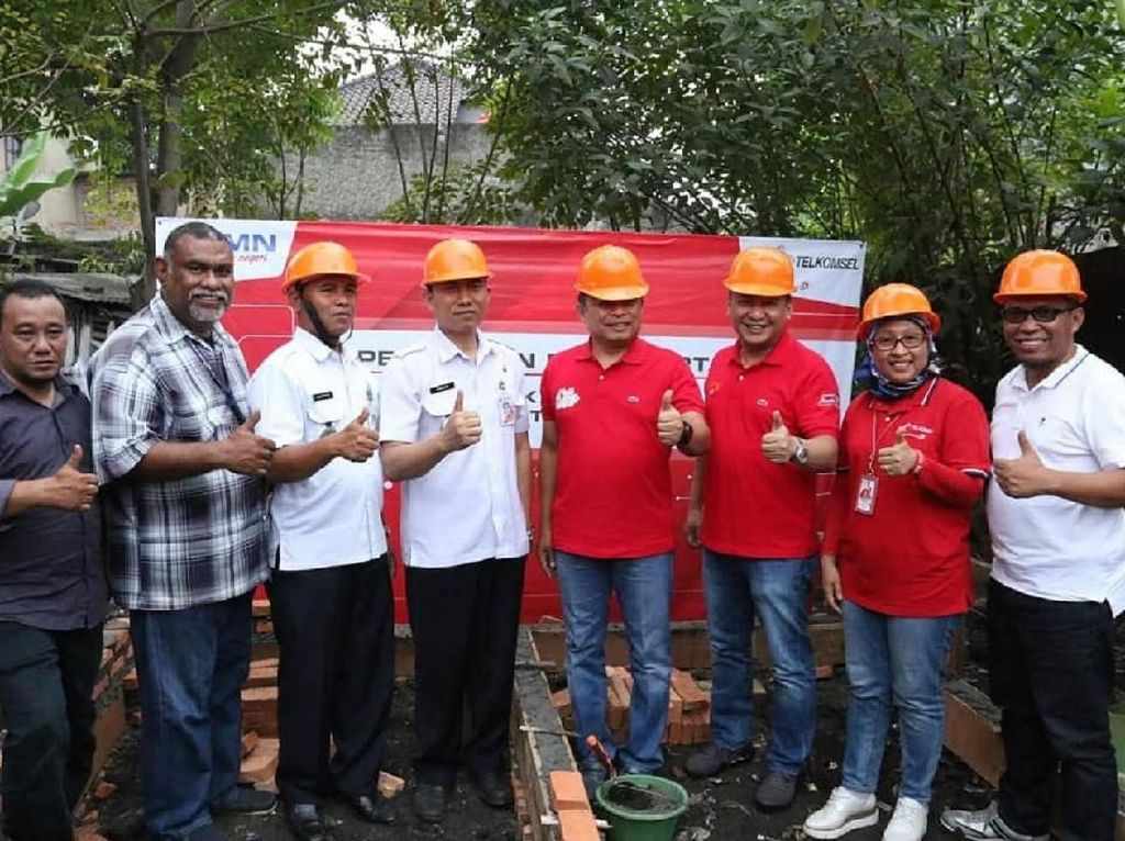 Telkomsel berpartisipasi dalam program BUMN Hadir dalam Membangun Negeri dan meningkatkan indeks pembangunan manusia, melalui progran CSR dengan membangun 250 MCK dan 10 titik sarana air bersih di wilayah DKI Jakarta dan Bandung Barat. Foto: dok. Telkomsel