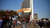 Para pendukung calon presiden dari kubu oposisi, Nelson Chamisa, mengaku menggelar aksi protes di depan kantor Komisi Pemilu Zimbabwe (ZEC) secara damai. (Reuters/Philimon Bulawayo)