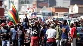 Kekerasan dalam pemilu pertama tanpa keikutsertaan diktator Robert Mugabe ini pun menjadi sorotan dunia yang mengecam proses demokrasi tak adil di Zimbabwe. (Reuters/Siphiwe Sibeko)
