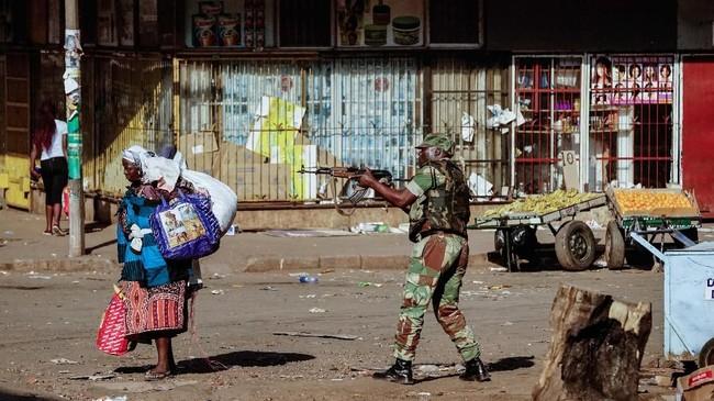 Namun, aparat keamanan tiba-tiba menyemprotkan gas air mata dan meriam air. (AFP Photo/Zinyange Auntony)