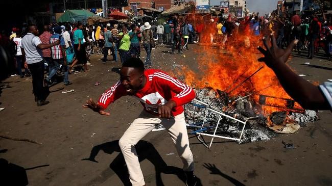 Kubu Chamisa pun menyebut tindakan aparat keamanan itu berlebihan dan tidak adil. (Reuters/Siphiwe Sibeko)