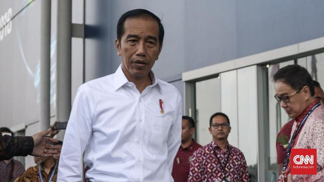 Jokowi Kembali Pakai Sneaker Saat Keliling Pameran GIIAS