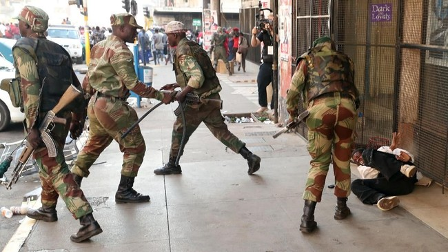 Setidaknya tiga orang tewas akibat bentrok antara tentara dan para pengunjuk rasa yang menolak kecurangan dalam pemilihan umum Zimbabwe, Rabu (1/8). (Reuters/Mike Hutchings)