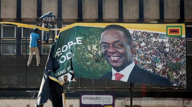 Bentrokan ini pecah di tengah kebingungan masyarakat karena kubu penguasa dan oposisi sama-sama mengklaim menang dalam pemilu. (Reuters/Siphiwe Sibeko)