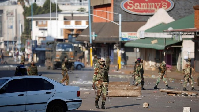 Juru bicara kepolisian Zimbabwe, Charity Charamba, mengatakan bahwa tentara dikerahkan atas perintah dari personel yang mengaku sudah tidak bisa mengatasi kekerasan. (Reuters/Siphiwe Sibeko)
