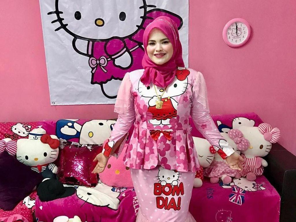 Gaya Hijabers Penggila Hello Kitty, Sekali Belanja Habis Rp 10 Juta