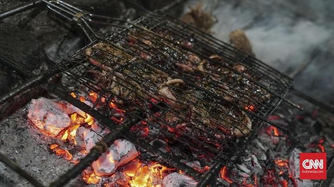 Jangan lupa untuk menyantap menu hasil laut di tempat makan yang berada di sekitar Pantai Cimaja.