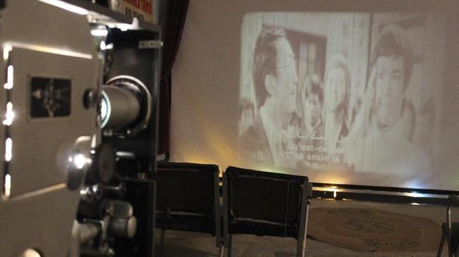 Di sana bunyi proyektor yang berjalan pun terdengar dari ruangan yang ia jadikan museum. Penontonnya beragam, terutama yang rindu menonton bioskop seperti di era 1970-an. (AFP PHOTO / SHWAN NAWZAD)