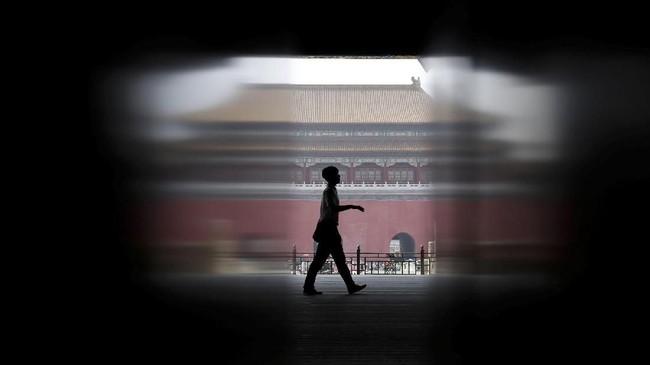 Seorang petugas keamanan berjalan di gerbang Supreme Harmony di Kota Terlarang di Beijing ketika sebagian areanya ditutup untuk direnovasi. (REUTERS/Jason Lee)